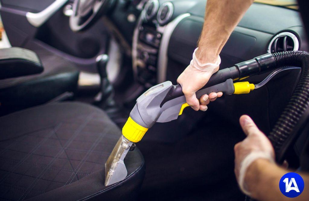 Autoaufbereitung staubsaugen lassen